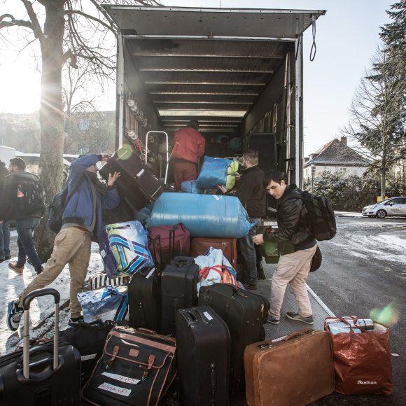 Am Morgen des 2. Februar 2017 ist es soweit: Die 47 Bewohner der Sochos-Sporthalle ziehen um nach Marzahn am anderen Ende Berlins. Foto: Diana Juneck
