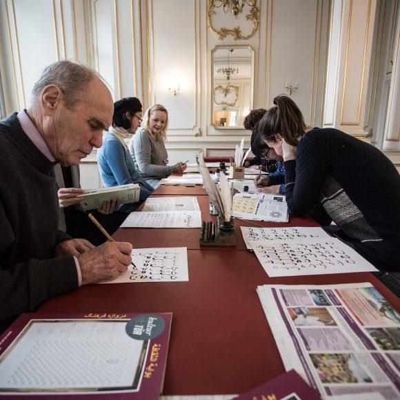 Das Schreiben persischer Buchstaben mit einer Bambusfeder erfordert höchste Konzentration. Foto: Diana Juneck