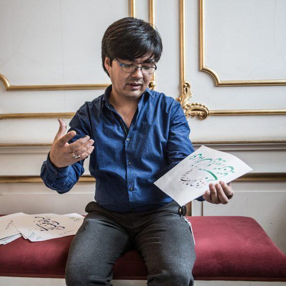 Ali Panahi bei einem seiner beliebten Kalligraphie-Workshops im Stadtmuseum Berlin. Foto: Diana Juneck